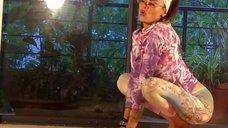Мария Калинина в лосинах занимается йогой