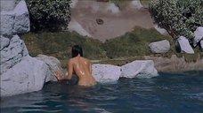 Обнаженная Джулия Ньюмар купается в озере