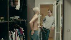 Дарья Мороз показала голые сиськи в гардеробной
