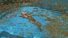 Голая Людивин Санье плавает в бассейне