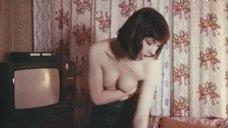 Ксения Качалина прикрывает грудь руками