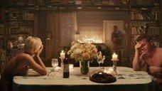 4. Полина Максимова прикрывает голую грудь тарелкой – Семь ужинов