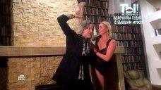 Анастасия Волочкова демонстрирует шпагат в коротком платье в передаче «Ты не поверишь!»
