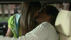 Анастасия Микульчина целуется в машине