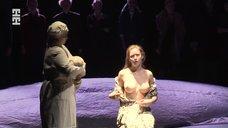 Юлиана Гребе показала голую грудь в спектакле «Мадонна с цветком»