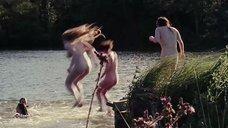 Девки голышом прыгают в воду