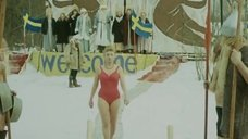 2. Виолетта Жухимович в купальнике нырнула в прорубь – Праздник Нептуна