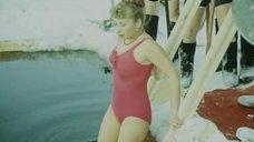 Виолетта Жухимович в купальнике нырнула в прорубь
