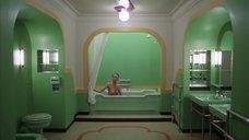 1. Сцена в ванной с голой Лией Белдам – Сияние