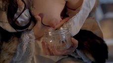 Юлия Снигирь сцеживает молоко