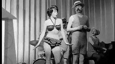 Пиркко Маннола выступает на сцене в купальнике