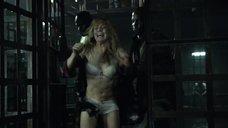 Кейти Лотц в нижнем белье сажают в клетку