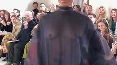 Наоми Кэмпбелл засветила грудь на показе мод