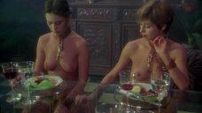 Коринн Клери топлесс за столом