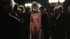 Полностью голая Коринн Клери в маске