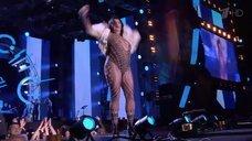 Лолита Милявская выступает на сцене в купальнике