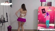 Секси Gavrilka танцует в короткой юбке