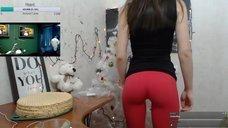 Секси NastyaNuts показывает попу в лосинах во время стрима