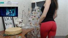2. Секси NastyaNuts показывает попу в лосинах во время стрима