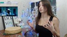 6. Секси NastyaNuts показывает попу в лосинах во время стрима