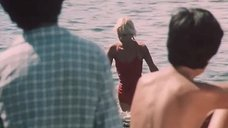 Подростки наблюдают за секси Пилле Пихламяги в купальнике