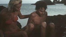 Сексуальная Пилле Пихламяги в красном купальнике