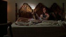 1. Дженнифер Тилли в постели – Побег (1994)