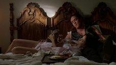 Дженнифер Тилли в постели
