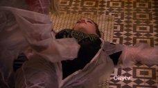 1. Кэт Деннингс делают искусственное дыхание – Две девицы на мели