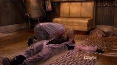 2. Кэт Деннингс делают искусственное дыхание – Две девицы на мели
