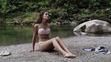 3. Кристал Лоу в белье на пляже – Поворот не туда 2: Тупик