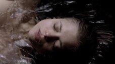 Лиззи Брошере под водой
