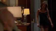Лиззи Брошере в ночнушке