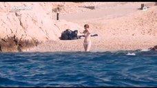 Луиз Бургуан купается в белье
