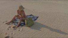 Марибель Верду топлес на пляже