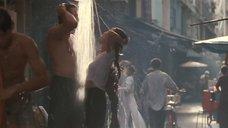 Мишель Йео моется в одежде на улице