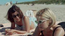 Кейт Мара и Оливия Тирлби в купальниках на пляже