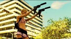 Горячая Кейт Наута стреляет по машине