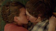 Эмма Кинни целует спящую Джесс Габор