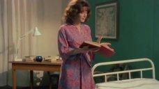 1. Эдвиж Фенек снимает прозрачное белье – Медсестра и большие маневры