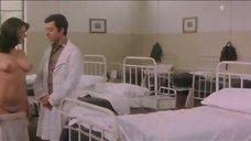 6. Эдвиж Фенек оголила грудь для доктора – Докторша из военного госпиталя