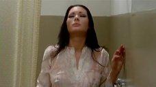 Эдвиж Фенек принимает душ в одежде