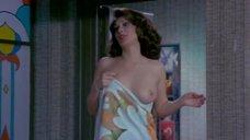 Эдвиж Фенек с оголенной грудью в полотенце