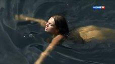 Обнаженная Зоряна Марченко купается в озере