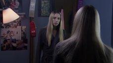 1. Крисси Гриффит рассматривает себя в зеркало – Бугимен 2