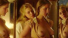 Полина Виторган рассматривает голую грудь в зеркале