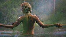Александра Харитонова купается топлесс