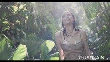 6. Анджелина Джоли снилась в эротической рекламе духов