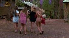 Девушки оголяют попки