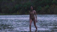 Полностью обнаженная Маргарет Куэлли выходит из воды